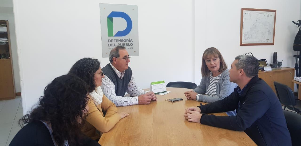 La defensora del pueblo recibió en la sede central del organismo a representantes de Cáritas