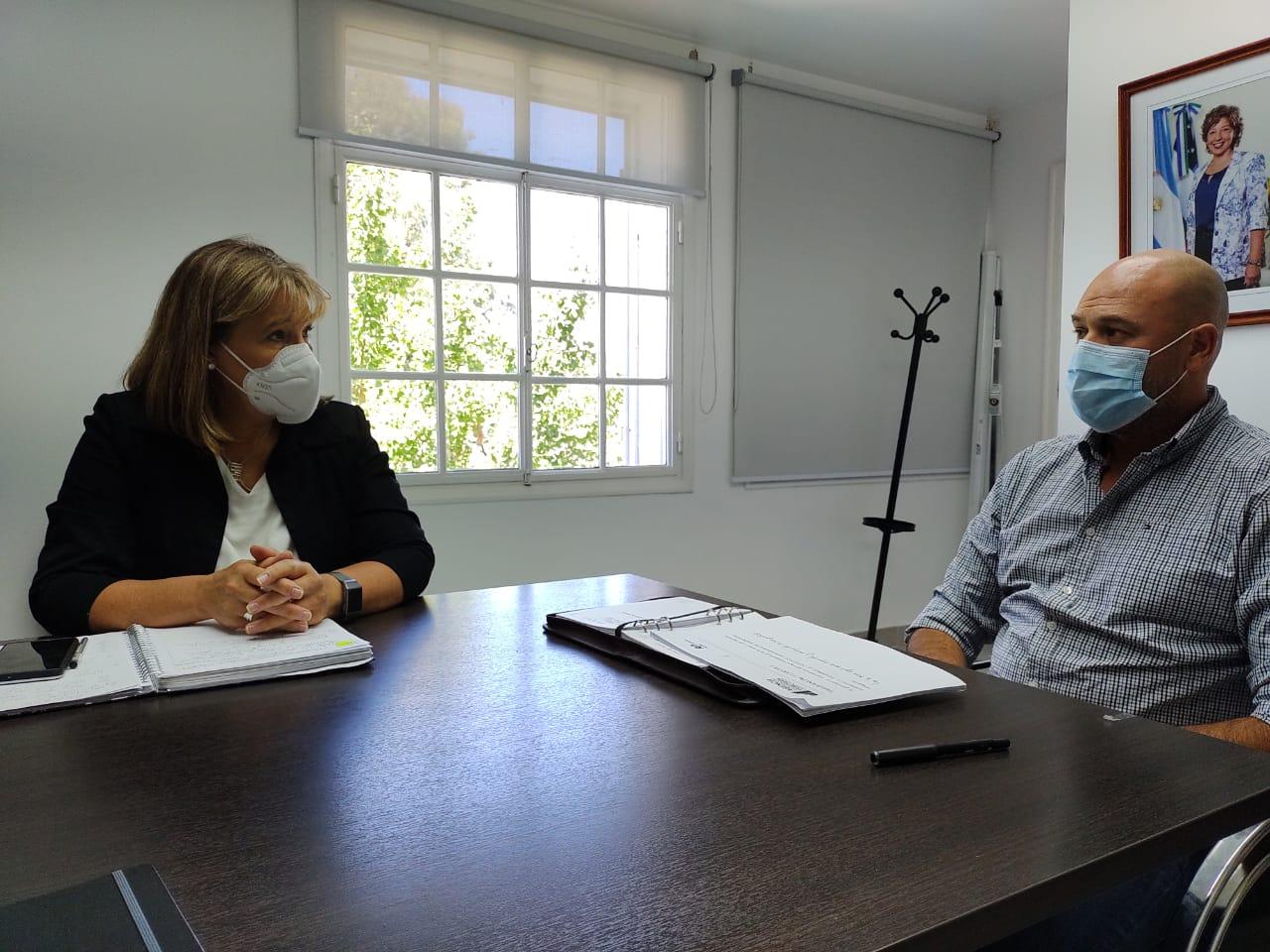 Reunión entre la defensora del pueblo y el nuevo director de la Agencia de Recaudación Tributaria.